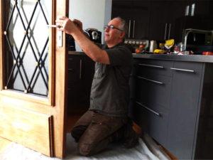 Serrurier Paris - Remplacement d'un cylindre europeen sur une porte vitrée avec encadrement en bois. N'hésitez pas à contacter notre serrurier paris...